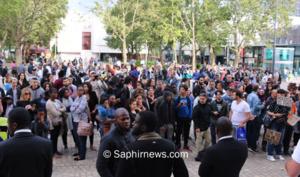 Après la conférence de presse, quelque 200 personnes fêtaient le retour de Moussa sur le parvis de l'hôtel de ville de Montreuil (93).