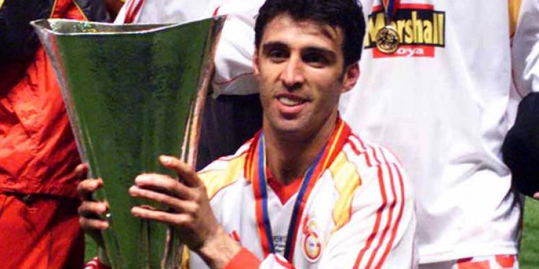 Hakan Sükür, victorieux de la Coupe de l'UEFA en 2000 avec le club de football de Galatasaray.