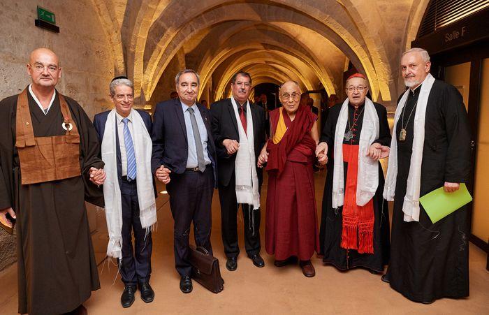 Les représentants des cultes en France autour du Dalaï-lama le 14 septembre au Collège des Bernardins. De g. à dr.: le révérend Olivier Wang-Genh (bouddhisme), Moshé Lewin (judaïsme), le pasteur François Clavairoly (protestantisme), Anouar Kbibech (islam), le Dalaï-lama, le cardinal André Vingt-Trois (catholiscisme), et le Métropolite Emmanuel de France (orthodoxie). © Olivier Adam