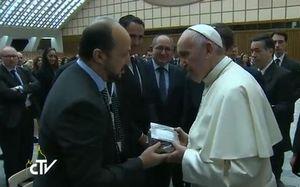 Le pape François s'est vu remettre un Coran par la délégation musulmane niçoise. Extrait du Centre de télévision du Vatican (CTV).