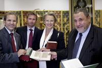 La ministre de l'intérieur Michèle Alliot-Marie, entourée de Mohammed Moussaoui, président du CFCM (à gauche) et de Khalil Merroun, recteur de la mosquée d'Evry (à droite) (photo : Lahcène Abib)