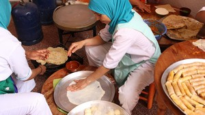 Préparation plats marocains – Association Amal pour les arts culinaires. © Sarah Zouak/Lallab