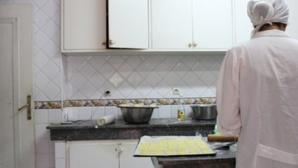 Une mère célibataire formée à la pâtisserie par l'Association Solidarité Féminine. © Sarah Zouak/Lallab
