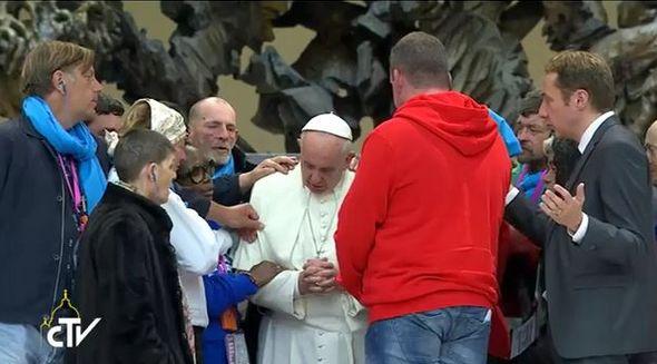 Le pape François entouré de pèlerins parmi lesquelles des sans-abris et exclus de la société, au Vatican du 11 et 13 novembre. Capture d'écran du Centre de Télévision du Vatican (CTV).