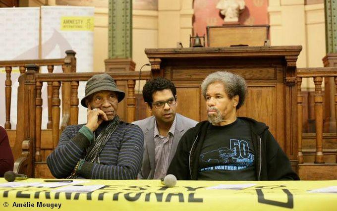 De gauche à droite, Robert King et Albert Woodfox à la Bourse du Travail de Paris lors d'une rencontre organisée par Amnesty International. © Amélie Mougey