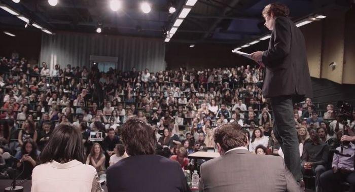 Le documentaire A voix haute retrace le parcours d'un groupe de jeunes étudiants de Saint-Denis qui ont participé au concours des éloquences Eloquentia en 2015.