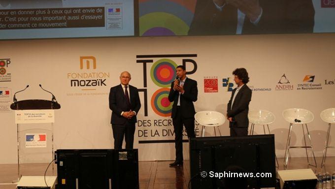 La remise des trophées du Top 10 des recruteurs de la diversité, organisée par Mozaïk RH, s'est tenu à Bercy vendredi 9 décembre. Ici, Saïd Hammouche président de Mozaïk RH entouré du ministre de l'Economie Michel Sapin (à g.) et de Nicolas Barré, directeur de la rédaction des Echos qui a animé la cérémonie (à dr.).