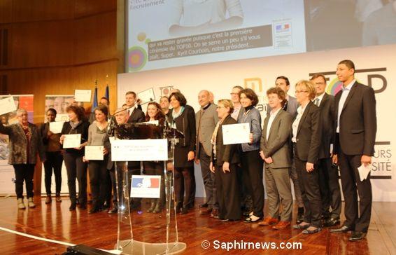 Myriam El Khomri, ministre du Travail (au centre) et Saïd Hammouche en photo de famille avec les lauréats.