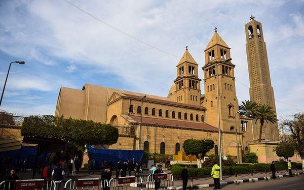 L'église Saint-Pierre et Saint-Paul au Caire a été la cible d'un attentat à la bombe, dimanche 11 décembre, qui a fait au moins 25 morts en pleine messe.