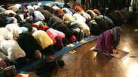 Amina Wadud dirigeant la prière du vendredi à New York, le 18 mars 2005