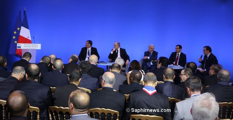 La troisième instance de dialogue s'est réunie lundi 12 décembre à Place Beauvau. De g. à dr. : le président du CFCM Anouar Kbibech, le ministre de l'Intérieur Bruno Le Roux, le président de la Fondation pour l'islam de France Jean-Pierre Chevènement et le vice-président du CFCM Ahmet Ogras.