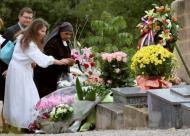 Les proches de Soeur Emanuelle devant sa tombe à Callian