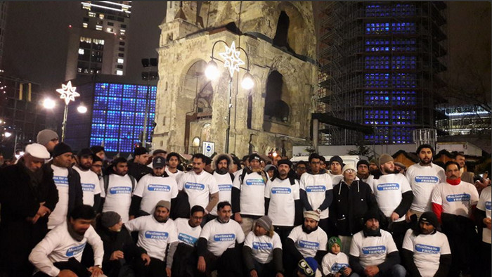 Après l'attentat de Berlin le 19 décembre, des musulmans ont exprimé leur solidarité lors d'un rassemblement devant l'église du Souvenir. © Pascal Thibault/RFI/Twitter