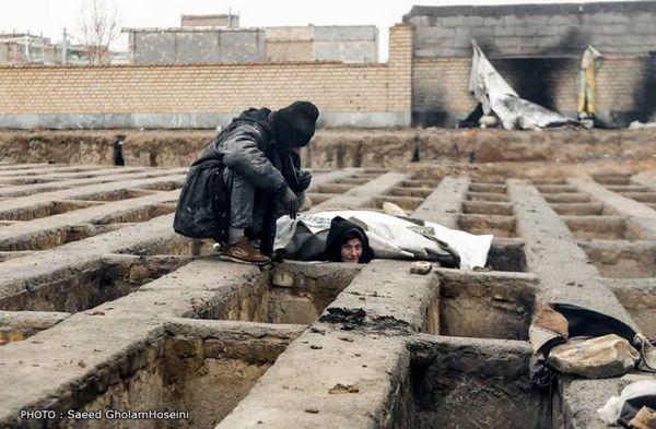 En Iran, les images de sans-abris qui ont élu des tombes pour abris dans un cimetière ont choqué l'opinion. © Saeed Gholam Hoseini