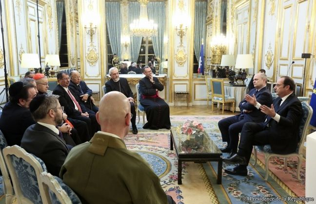 François Hollande et le ministre de l'Intérieur Bruno Leroux face aux représentants des cultes en France pour présenter ses voeux 2017. © Elysee