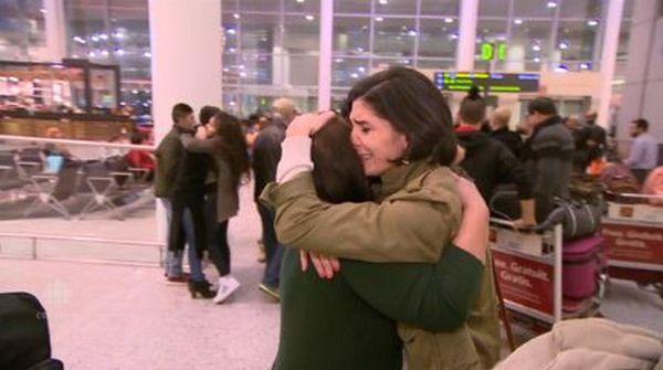 Rasha Elandari retrouvant sa famille après plusieurs années de séparation, une action rendue possible par l'alliance entre une mosquée et une synagogue de Toronto qui ont facilité l'accueil de la famille syrienne.