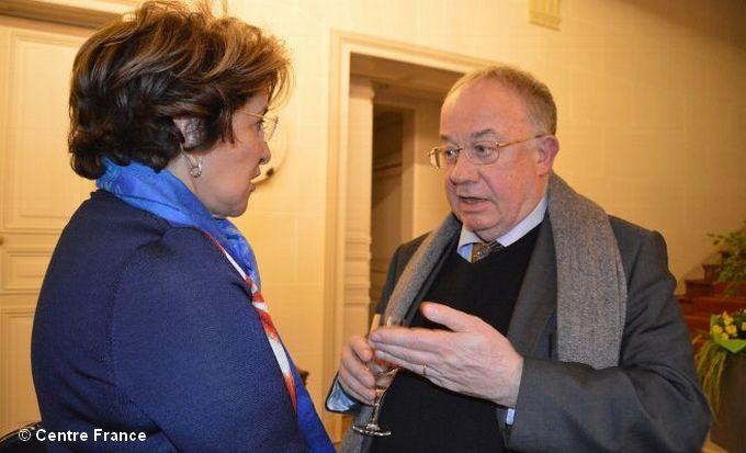 Olivier Roy continue à venir à Dreux régulièrement comme ce soir-là où il est en pleine discussion avec Bariza Khiari, sénatrice de Paris. © Agence Dreux