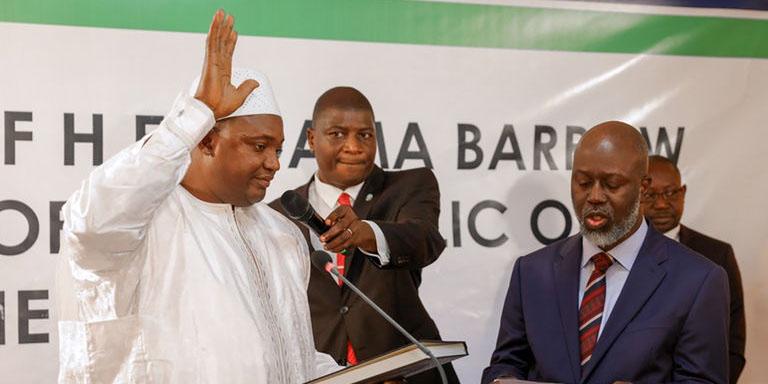 Le président gambien Adama Barrow jurant sur le Coran lors de son investiture au Sénégal.