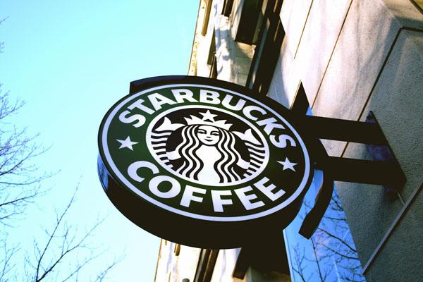 Après #MuslimBan, Starbucks et Airbnb offrent leur aide aux réfugiés