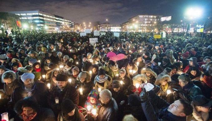 Des milliers de personnes se sont pressés près des lieux du drame à Québec pour témoigner leur solidarité envers les victimes. © Ryan Remiorz/La Presse Canadienne