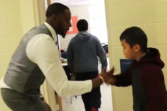 Comment un professeur gagne la confiance de ses élèves grâce au « check » (vidéo)
