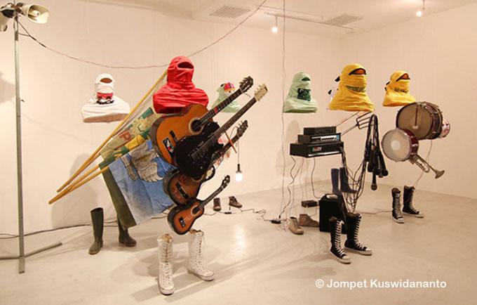 The Contingent #5, une œuvre de Jompet Kuswidananto, un des dix artistes exposés dans « Rock the Kasbah », une programmation proposée par l'Institut des cultures d'islam, qui interroge les « effets de la musique et du son sur les corps, les consciences et les âmes ».