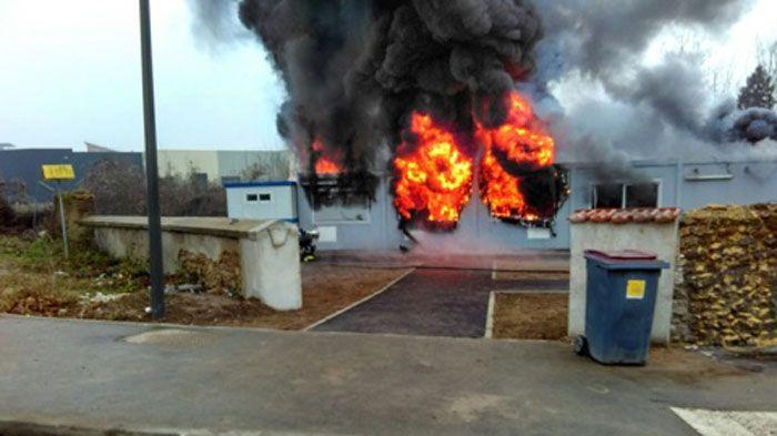 La mosquée de Valenton, dans le Val-de-Marne, a été ravagée par les flammes (ici à l'image) le 3 janvier 2017.