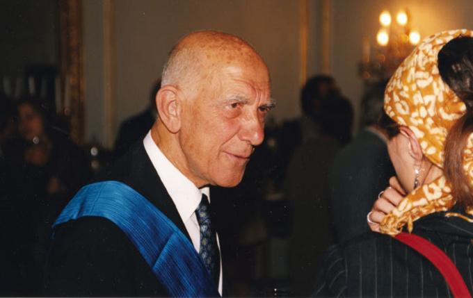 Stéphane Hessel, lors de la remise de la Légion d'honneur, en 2006.