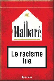 """Un packaging détourné d'une célèbre marque de cigarettes, avec la mention """"Le racisme tue"""", par l'artiste Ali Guessoum."""