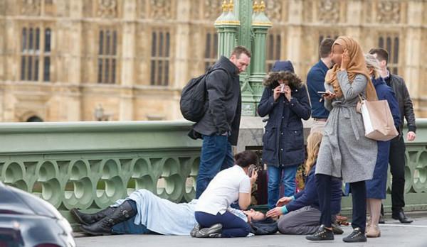 L'image détournée d'une jeune femmes musulmane sur le pont de Westminster après l'attaque de Londres. © SIPA