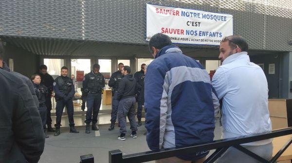 La police a procédé, mercredi 22 mars, à l'évacuation d'une mosquée de Clichy-la-Garenne. © Monique Dhuin / Twitter