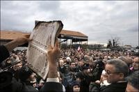 Rassemblement devant la mosquée de Saint-Priest, au lendemain de l'incendie.