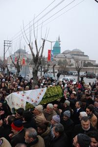 Konya, 17 décembre 2009 : après la prière funéraire prononcée devant la mosquée de Selimiye, la dépouille d'Éva est acheminée jusqu'au cimetière Uçler. Photo : © Şamil Kucur
