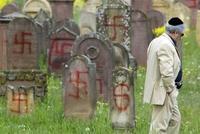 Le cimetière juif d'Herrlisheim après la profanation des tombes en avril 2004, par Emmanuel Rist et Laurent Boulanger.