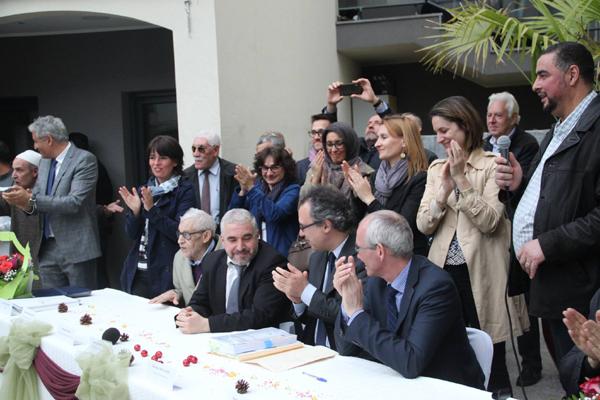 La mairie a signé le 13 mai l'acte de vente du terrain à l'association gestionnaire de la mosquée de Gennevilliers. Mohamed Benali, président de l'association Ennour (au centre, à gauche), et Patrice Leclerc, maire (PCF) de Gennevilliers (au centre, à droite).