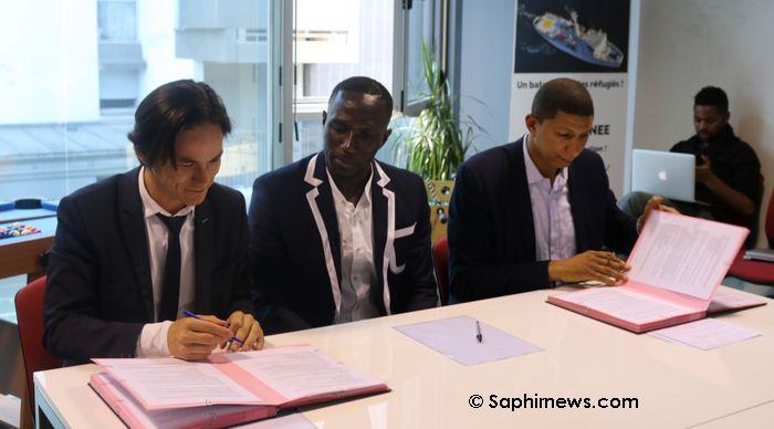 De gauche à droite : Benoit Chang, directeur général de la société Alliages & Territoires et maître d'ouvrage du projet EuropaCity, le footballeur Moussa Sissoko, et Saïd Hammouche, président de Mozaïk RH dans les locaux de l'agence Silicom à la Courneuve (Seine-saint-Denis).
