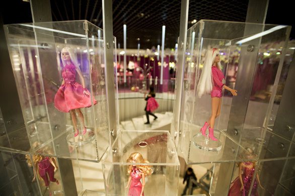 Méga expo célébrant les 50 ans de Barbie, dans un grand magasin de Shanghai (photo : Dan Chung).
