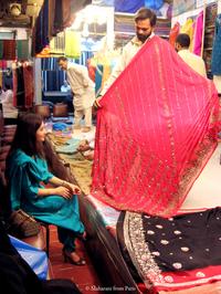 Aneela Akhtar, directrice artistique, au grand marché de tissus Saddar, à Karachi (Pakistan).