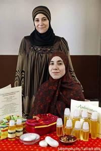 Kheira Khalloufi-Amable (à g.) et Kaïssa Sahib se sont lancées dans le commerce équitable, en travaillant avec une association de femmes d'un village du sud du Maroc.