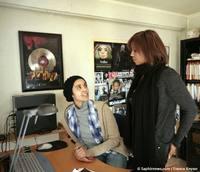 Aïcha Fragione (à dr.), avec Nadia, sa soeur cadette, qui lance la chaîne de télévision sur Internet CoscaNetwork.