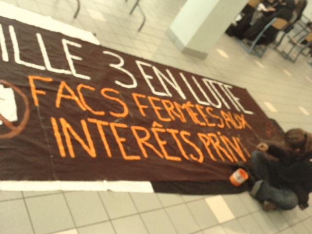 Les étudiants préparent la prochaine manifestation : « Lille 3 en lutte. Facs fermées aux intérêts privés. »