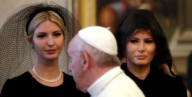 Melania Trump (à droite) et Ivanka Trump sont apparues voilées pour la rencontre avec le pape François mercredi 24 mai, ce qui ne fut pas le cas en Arabie Saoudite où elles s'étaient rendues avec Donald Trump quelques jours plus tôt. © AP Photo/Alessandra Tarantino, Pool