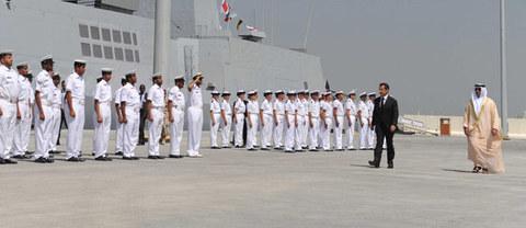 Mardi matin, sur la base navale du nouveau site militaire français du port d'Abu Dhabi, Nicolas Sarkozy et le vice-Premier ministre et ministre de l'Intérieur des Émirats arabes unis, cheikh Seïf ben Zayed al-Nahyan.