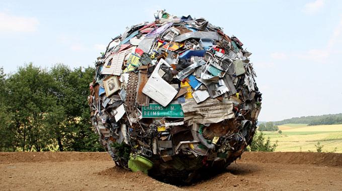 « Globe » est une œuvre du plasticien Maarten Vanden Eynde, qui agrège sur le site d'un ancien dépotoir de village les rebuts de notre société de consommation en une sphère géante. Cette sculpture symbolise les enjeux écologiques auxquels nos contemporains ne sont pas suffisamment sensibles.