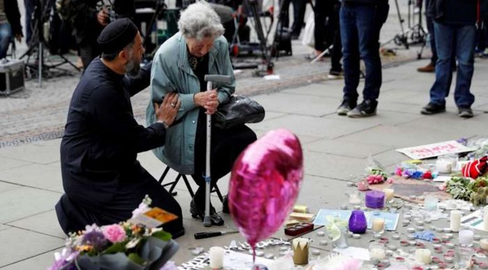 Un imam et une femme juive ont partagé ensemble un moment de recueillement en faveur des victimes de l'attentat de Manchester le 22 mai. © Reuters