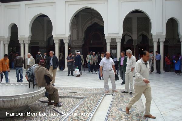 14 heures : les fidèles se retrouvent lors de la cérémonie musulmane à la Grande Mosquée de Paris.