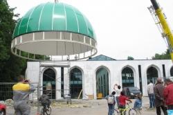 Hier, la mosquée a revêtu son dôme vert et pourrait accueillir les fidèles dès fin 2009