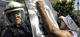 Athènes, 22 mai 2009. Affrontement entre un immigré et un policier devant le Parlement.
