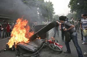 Samedi 13 juin, les partisans d'Hossein Moussavi et les forces de l'ordre s'affrontent violemment dans les rues de Téhéran, la capitale iranienne.