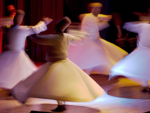 Les derviches tourneurs ouvriront le spectacle au Trocadéro, le 4 juillet, sur fond de musique soufie traditionnelle et de sons électroniques.